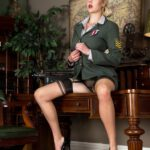 Vintage porn met een blonde in uniform