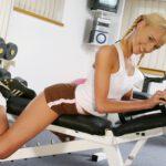 blonde bezig met gewichtheffen 2