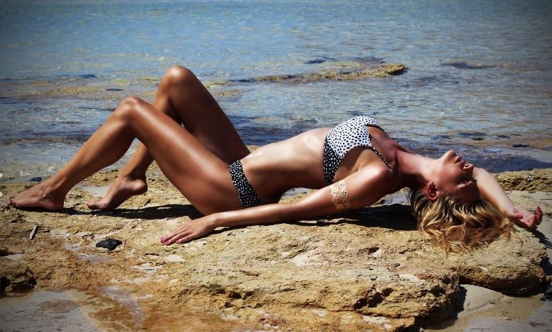 Ondeugende 000NaughtyBlonde op het strand
