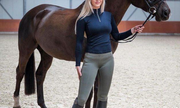 Blonde vrouw in een Paardrijbroek
